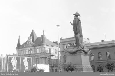 G-A statyn på Stora Torget. Reklamkampanj för LO 60 år