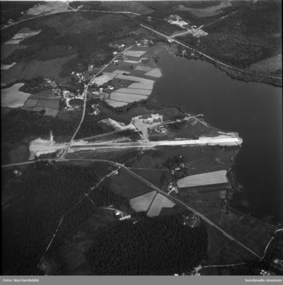 Flygfoton över det lilla flygfältet i Maj, Ovansjö, invid Bölesjön samt omgivande bebyggelse.