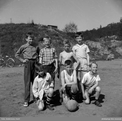På Maden i Huskvarna är några pojkar uppställda med fotbollen framför sig. Stående från vänster: Göran Landin (1), Tom Andersson (2), Kenneth Waldsjö (3), Per Nordmalm (4) Sittande: Wikborg (1), Stig Elv (2), Lars Nordmalm (3).