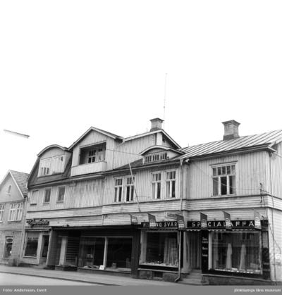 Vid Rosenborgsgatan i Huskvarna ligger Hilding Svärds Specialaffär som säljer bland annat mattor och gardiner. En Juveleraraffär ligger bredvid.