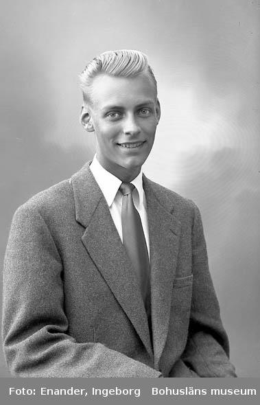 Enligt fotografens journal nr 8 1951-1957: Berntsson, Herr Helge, Stripplekärr Stenungsund.