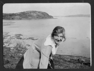 Cintra Kay på strand vid Sundsby 1920