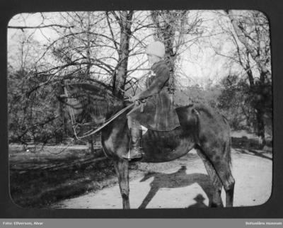 Cintra Kay på ridhäst Sundsby säteri 1919