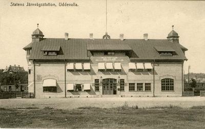 Tryckt text på vykortets framsida: Statens Järnvägsstation, Uddevalla.