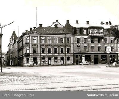 Sjögatan 7. I fastigheten  Minerva (1-3) har Hildur Björklinds fotoateljé, Skeppsbrokällaren, Marcussons café och Petrus Olssons speceriaffär funnits. Inköpscentralens (IC) bensinstation skymtar till höger.