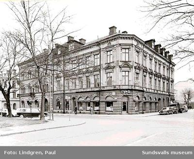 Fyndhörnan, (P O Åslund) Trädgårdsgatan 22,  Här låg stadens äldsta Blomsteraffär, Bomans blommor. I denna fastighet fanns också  biografen Olympia och Hotell Esplanad