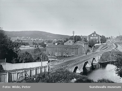 Färgare Wides (f d Wiklunds) gård. Gamla Wiklundsbron (senare Widesbron, Videsbron) över Selångersån. Färgeriet närmast till vänster om bron.