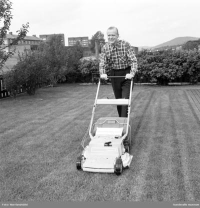 Direktör Kurt Arnevall från Sundsvall på bilder för en kampanj för PK-banken. Simning, tennis, gräsklippning och en cykeltur. Ervaco Annonsbyrå AB Stockholm.
