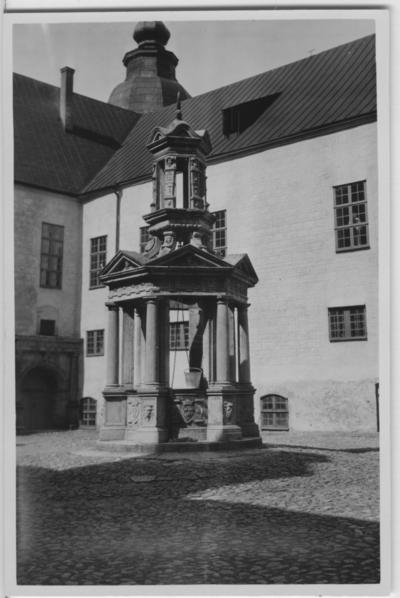 'Biologiska föreningens utfärd till Öland: ::  :: ''Brunnen på Kalmar slott.'' Slottsbyggnad i bakgrunden. ::  :: Se även fotonr. 2607-2625, 2583-2606 samt 2883-2911 från samma utfärd.'