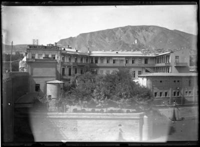 'Vy med ''Hotel de Londres'' i förgrunden, med balkong. Berg sticker upp i bakgrunden. ::  :: Ingår i serie med fotonr. 5279:1-16. Se även fotonr. 5269-5292 med bilder från Stuxbergs resa till Kaukasien.'