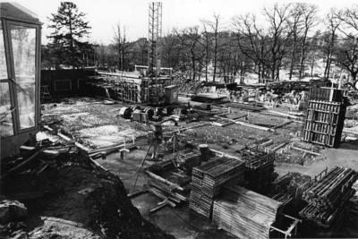 'Tillbyggnaden av Göteborgs Naturhistoriska Museum mars 1979. Byggarbetsplatsen, arean där tillbyggnationen skulle göras, på Göteborgs Naturhistoriska Museums södra sida. Byggnadsmaterial. ::  :: Ingår i serie med fotonr. 5527:69-216.'