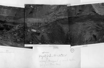 'Bildtext: pil till vänster. Tryck från N-NNV. Isberg? Knappast is med tanke på glaci fluvial sand. Se fotonr. 7061:4-6 för hel profil ev. i Dösebacka sandtaget. Bildserien sitter ihop från vänster med bild 7061:4 till höger med bild nr. 7061:5 och längst till höger fotonr. 7061:6. ::  :: Ingår i serie med fotonr. 7061:1-14. Serien består av material från Åke Hillefors (inkommet 2004).'