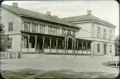 Rantens hotell med den öppna verandan.