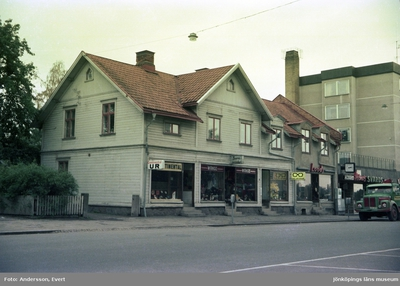 Diverse affärer i ett hus vid Rosenborgsgatan i Huskvarna.