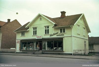 Axelssons kappaffär och en Tobaksaffär i ett hus vid Rosenborgsgatan i Huskvarna.