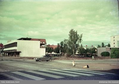 Sparbanken vid Jönköpingsvägen - Kungsgatan i Huskvarna. Tomten bredvid är förberedd för byggnation.