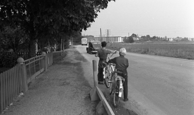fcb454e50b5a Popgala i Kumla, Farlig skolväg 24 augusti 1965 Två barn står med sina  cyklar vid