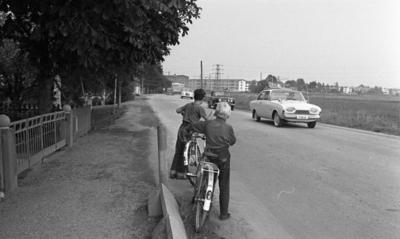 0788c23f9a65 Farlig skolväg 24 augusti 1965 Två barn står med cyklar vid en trafikerad  väg. Tre