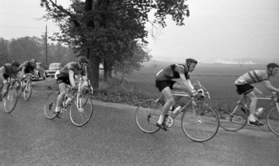 b4b8d5be892e Cykel, popgala 6 juni 1966 Ett antal cyklister cyklar under en tävling.  Bilar kör