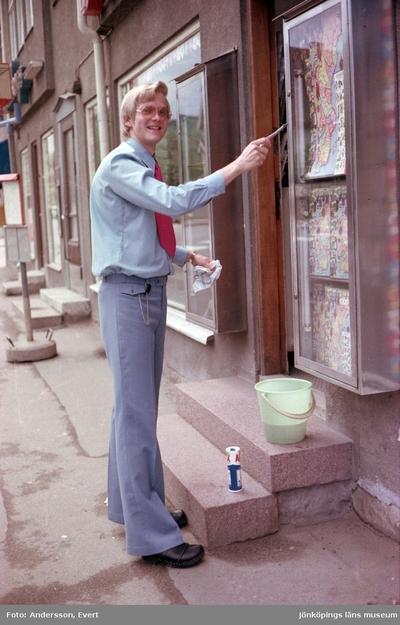 Lasse Persson står utanför Rydheims bokhandel på Rosenborgsgatan i Huskvarna.