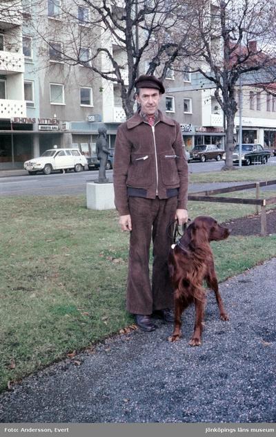Skolvaktmästare Allan Falk med sin hund på Esplanaden i Huskvarna.