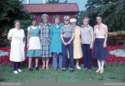 Personal utanför Kroatorpet i Huskvarna. Från vänster: Sara Karlström, i köket (1), Siri Bergström, i köket (3), Vega Karlsson, i kassan (4), Jeanette Jonsson (5), Ingeborg Gustavsson, bagerska (6), Rut Tisell (7) och Ingalill Björkqvist (8).