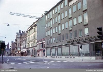 Kyrkogatan i Jönköping mot söder. Där ligger bland annat Park Hotell och i korsningen mot Västra storgatan finns Apoteket Kronan.