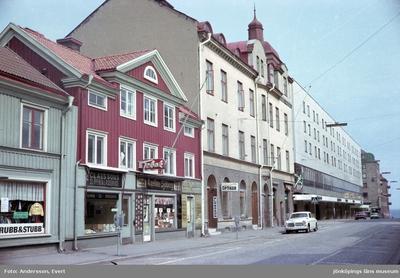 En del av Barnarpsgatan, en affärsgata i Jönköping. Här finns bland annat Axeline Sjöbergs Tobakshandel och Claessons Sliperi & låsservice en Optiker och Idrottsmagasinet.