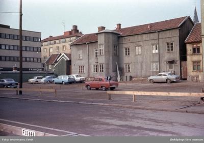 En parkeringsplats vid Smålandsgatan i Jönköping. Till höger syns Sofiakyrkans tornspets.