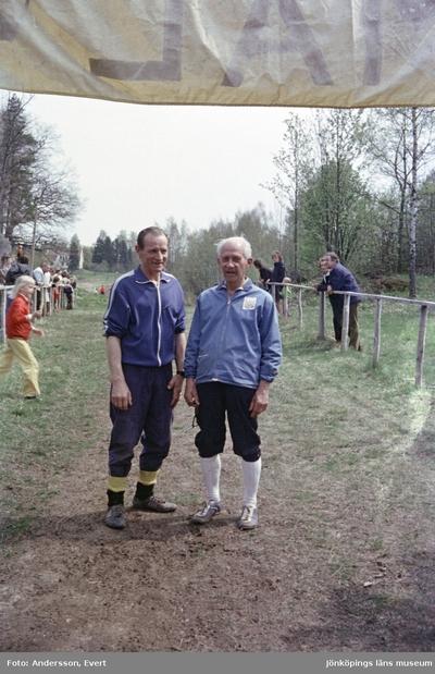 Två orienterare vid IKHP i Huskvarna. Till höger står Artur Lange.