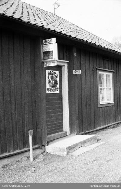 I en atelje i Smedbyn finns målaren och tecknaren Magnus Blomdahl, född och uppvuxen i Huskvarna. På hans tavor syns ofta hans nästan 10 kilo tunga katt Nisse avmålad.