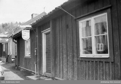 Carl-Johan Johansson Skägget, träskulptör på heltid sedan 1972, har sin verksamhet i Smedbyn i Huskvarna bredvid Galleri Smedbyn.