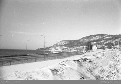 E4 norrut förbi bostadsområdet Norrängen i Huskvarna. Till höger syns Kruthuset. Det byggdes för Husqvarna krutbruk 1771. År 1965 stod Kruthuset i vägen för den nya motorvägen för E4, som skulle dras fram längs Vätterstranden. 84.000 tegelstenar plockades ner och murades upp på nytt 17 meter från den tidigare platsen.