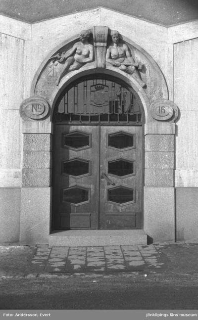 Porten till stadshuset, från 1917, på Erik Dahlbergsgatan 16 i Huskvarna.