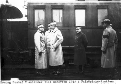 Konung Gustaf V anländer till manövern 1912 i Falköpingstrakten.