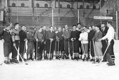 Bandy på Stockholm stadion. Femte man från höger Åke Nordin. Bilden ingår i ett fotoalbum