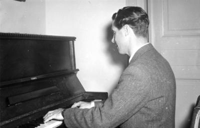 Pianospel. Bilden ingår i ett fotoalbum.