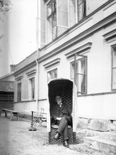 Knut i strandstolen. År 1906.
