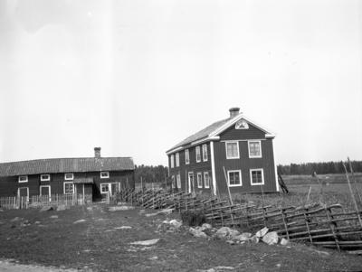 Stugorna vid Hemlingby. Kalle Persson (längst upp i byn). År 1906.