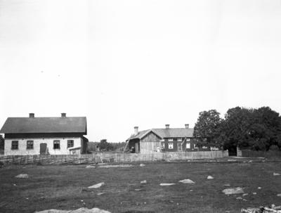 Stugorna vid Hemlingby. Gustav Persson, barnen i Hemlingby hade söndagsskola hos Persson. År 1906.