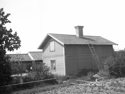 Stugorna vid Hemlingby. (Huset till höger alldeles innan vägen upp till Gubbäck). År 1906.