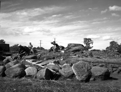 Utgrävningar av gånggrift i Rössberga.