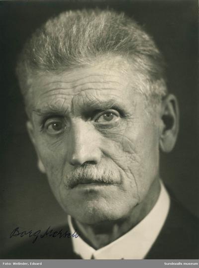 Porträtt på fotografen Borg Mesch (1869-1956). Borg Emil Ragnar Mesch föddes i Sundsvall den 17 december 1869 men kom att arbeta som fotograf i städer som Landskrona och Gävle. Han flyttade 1899 till Kiruna där han främst verkade som porträttfotograf. Han är mest känd för sina bilder från nybyggarsamhället Kiruna samt anläggandet av Riksgränsbanan. Notering på baksidan av bilden: