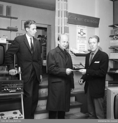 Tre män i radio och TV affären. Från vänster ägaren Edel Persson (1), Tvilling Andersson (2), Herr Larsson (3).