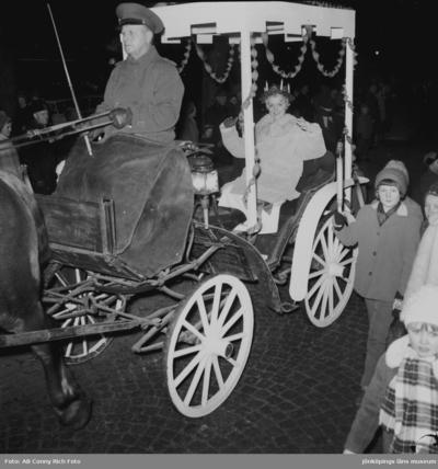 Lucia körs med häst o vagn.
