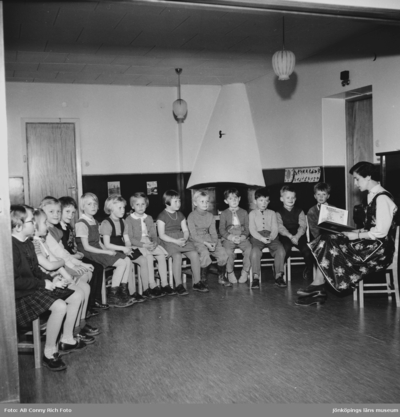 Verksamhet på Barnträdgården i Huskvarna år 1955.