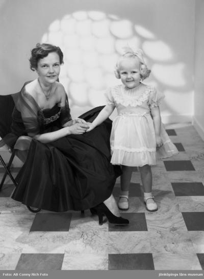 Fru Tullebo med dotter Susanne år 1955.