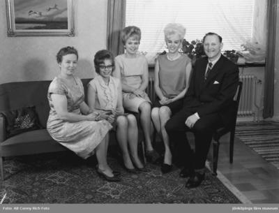 Porträttfotografering av familjen Allan och Iris Gustavsson med sina döttrar Ingalill, Marianne och Ingrid i villan på Egnahem i Huskvarna.