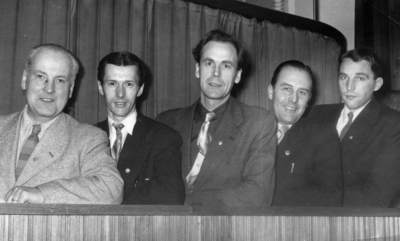 Fjärde man från höger Åke Nordin, Gävle Bandyklubb, GBK. (Baksidan av bilden stämplat Arbetarbladet Sportredaktionen).