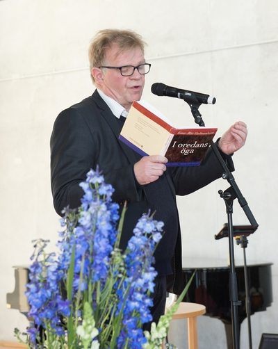 Bok och Hav: En internationell litteraturfestival 12 - 14 maj 2017 invigdes i galjonshallen på Marinmuseum i Karlskrona. Medverkande är författare, poeter, översättare m fl. Författaren Einar Már Gugmundsson läser ur sin bok. I oredans öga.
